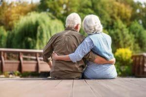 Image de deux personnes âgées se tenant dans les bras