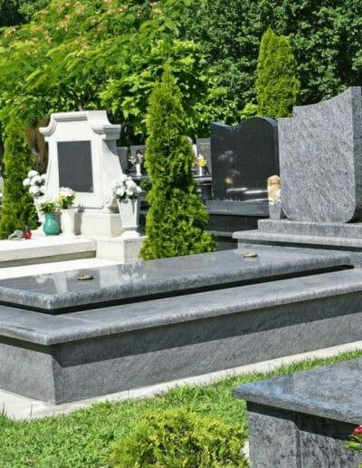 photo montrant une marberie grise prise à Loriol-sur-Drôme afin de démontrer l'expérience de la société dans la fabrication, entretiens et nettoyage de monument funéraire